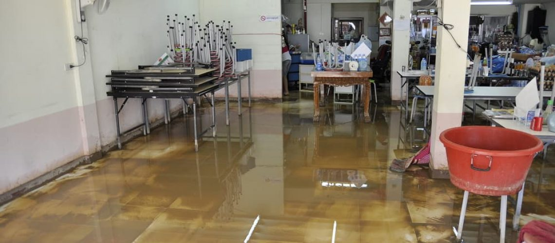 How to handle commercial water damage cleanup